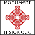 Plaque avec le logo officiel située à l'entrée des Monuments Historiques